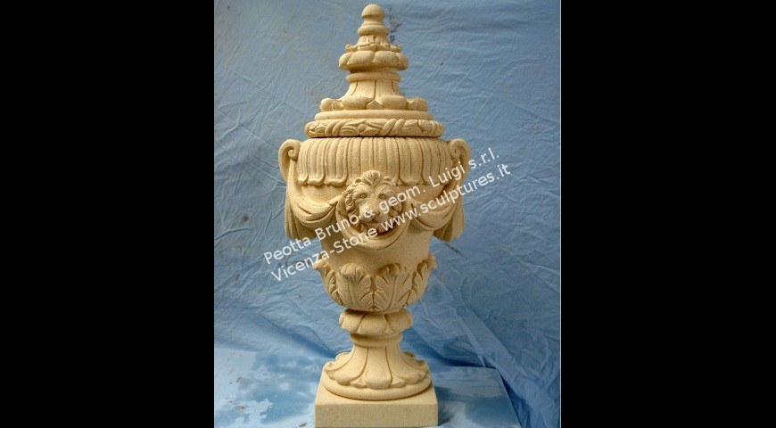 207 Finial with lions and draps
