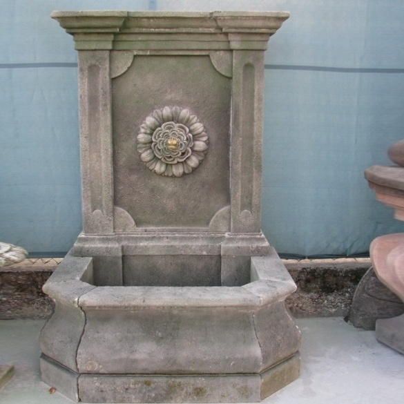 Peotta bruno fontana a muro di pietra con fiore e foglie - Fontane a muro da giardino ...